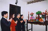 The  couple and the family worship the ancestors to ask for a successful marriage